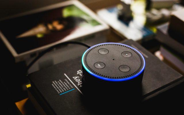 """Dispozitiv """"Alexa"""" de la Amazon. Foto de Andres Urena / Pexels.com"""