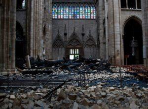 Imagine din interiorul catedralei Notre Dame, după dezastru