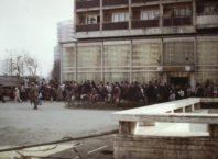 1986, România ceaușistă: coadă în fața magazinului Bucur Obor. Fotografie din colecția Library of Congress