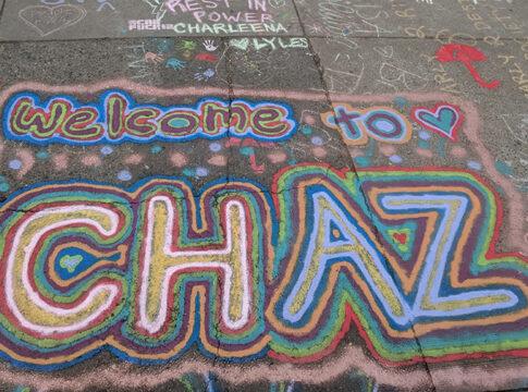"""Welcome to Chaz. Desene pe asfalt și o atmosferă de carnaval însuflețesc """"zona autonomă din Seattle""""."""